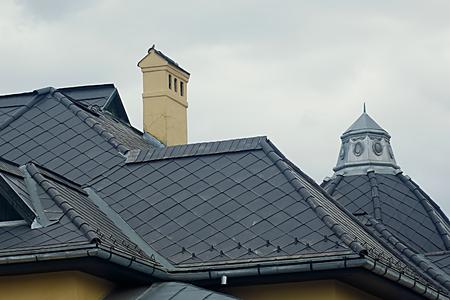 moderne schwarze Blechdach mit einem Kamin Lizenzfreie Bilder