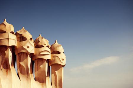 BARCELONA - 1. DEZEMBER: Gaudi-Kamine an der Casa Mila nannten auch La Pedrera am 1. Dezember 2016 in Barcelona. Terrasse der Casa Mila, mit Schornsteinen geformte anthropomorphe Soldaten, von Gaudi geschaffen. Spanien Standard-Bild - 60879764