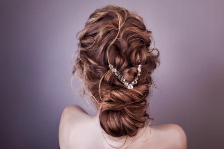 Model blond kobieta z idealną fryzurą i kreatywną fryzurą, widok z tyłu. Zdjęcie Seryjne