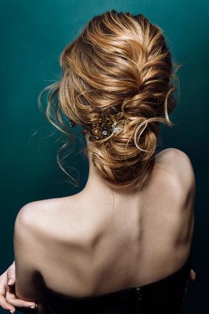 Model blond kobieta z idealną fryzurą i kreatywną fryzurą, widok z tyłu