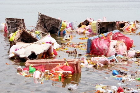 contaminacion del agua: Hyderabad, AP, India.-12 de septiembre 2011 .-. la contaminación del agua después de la inmersión de Ganesh.