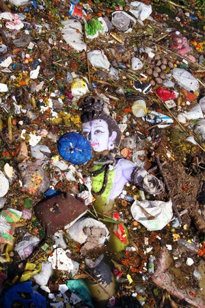 ganpati: Hyderabad,AP,India-September 12th,2011-Water pollution on the event of Ganesh Immersion doring ganesh chathurthi.  Editorial