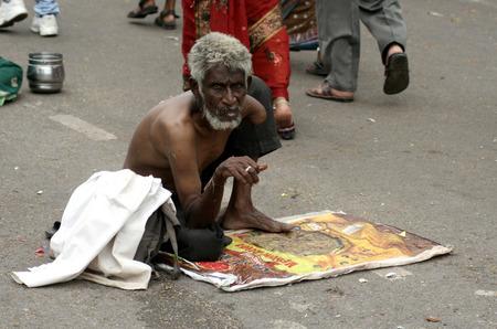 underprivileged: Hyderabad, AP, India-settembre 18,2013-vecchio uomo indiano cercano aiuto, seduto sulla strada, per l'elemosina maggior parte degli indiani cadono sotto la soglia di povert� internazionale di USD1 25 al giorno Editoriali