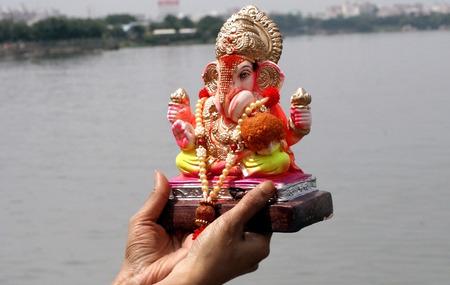 lord: Hyderabad, AP, Inde-Septembre 15,2013 dévot hindou apporter Seigneur Ganesha idole pour l'immersion traditionnelle Hussain Sagar pendant le festival hindou Chathurthi de Ganesh Éditoriale