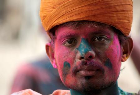hindues: Hyderabad, India-marzo 6,2015: hombre hind� que celebra Holi, o festival de colores, Fiesta popular anual para los hind�es y los no hind�es en la mayor parte del mundo.