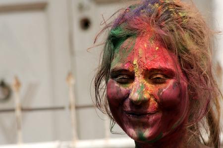 hindues: Hyderabad, India-marzo 6,2015: mujer hind� que celebra Holi, o festival de colores, Fiesta popular anual para los hind�es y los no hind�es en la mayor parte del mundo.