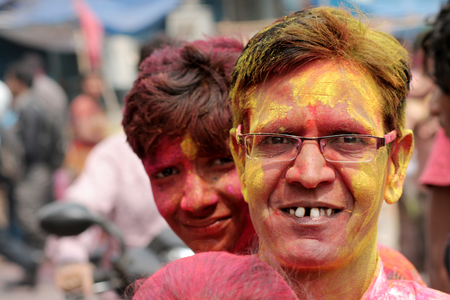 hindues: Hyderabad, India-marzo 6,2015: hombre hind� antigua que celebra Holi, o festival de colores, festival anual Fiesta popular para los hind�es y los no hind�es en la mayor parte del mundo.