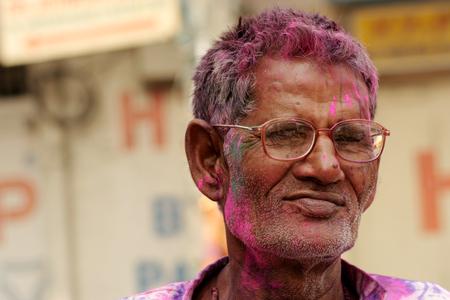 hindues: Hyderabad, India-marzo 6,2015: hombre hindú antigua que celebra Holi, o festival de colores, festival anual Fiesta popular para los hindúes y los no hindúes en la mayor parte del mundo.
