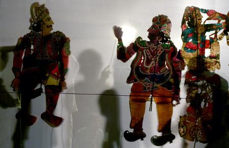 teatro antiguo: Espectáculo de marionetas-Sombra espectáculo con piel perforada como caracteres Foto de archivo