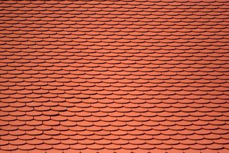 rooftile: Piastrelle rossi su un tetto