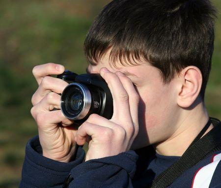 Chico joven tomando fotos