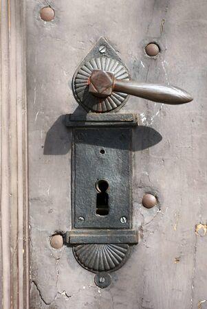 puerta de metal: Antiguo tirador de la puerta de metal r�stico