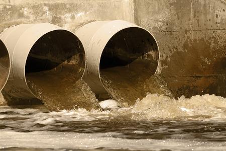有毒な水環境に下水道から実行しています。 写真素材 - 41378821