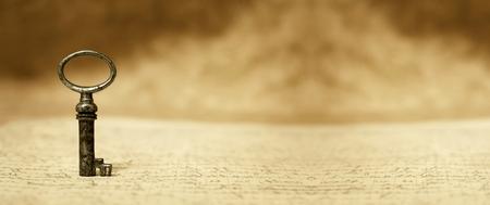 手紙 - ビンテージ バナー古いキーに立っています。 写真素材 - 52405212