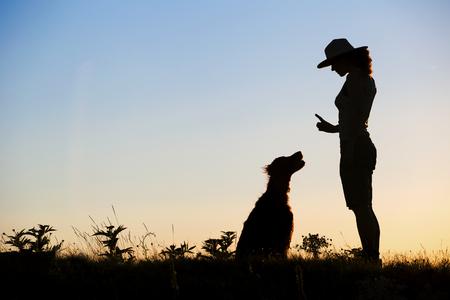 彼女の犬の訓練として女性のウェブサイト バナー シルエット