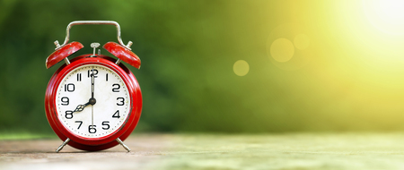 Summertime - banner web di una sveglia rossa retrò su sfondo verde