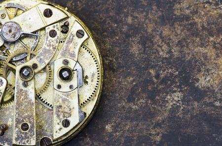 Zahnräder einer Vintage-Metall-Business-Uhr, Nahaufnahme, Zeitmechanismus, Grunge-Webbanner mit Kopienraum