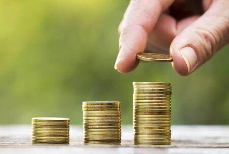 Monedas de mano y dinero - concepto de libertad financiera, fondo con espacio de copia Foto de archivo