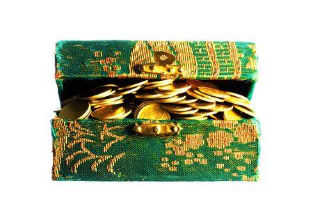 goldy: Monete d'oro in una scatola isolati su bianco
