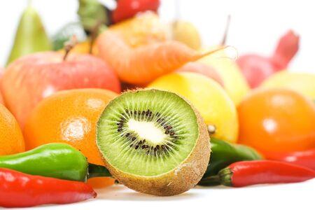 comiendo frutas: Alimentación saludable, aislado en fondo blanco. Foto de archivo