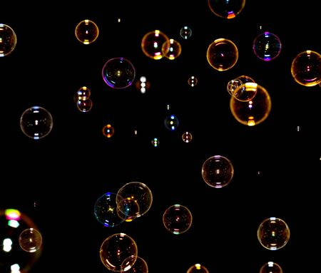 soap bubbles: Seifenblasen auf schwarz