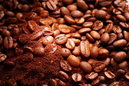 granos de cafe: Close-up de fragante caf� frito Foto de archivo