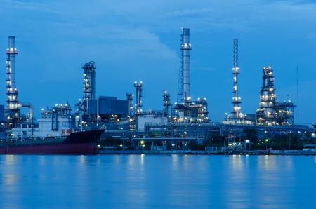 industria petroquimica: Refinería de petróleo en el crepúsculo, industria petroquímica