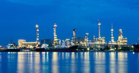 industria petroquimica: Refiner�a de petr�leo en el crep�sculo, industria petroqu�mica