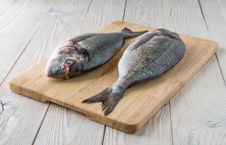 poisson sur un fond en bois