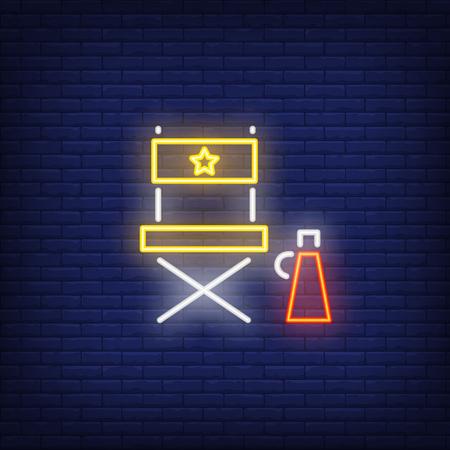 Enseigne au néon de chaise de directeur. Enseigne lumineuse avec chaise pliante. Publicité lumineuse de nuit. Illustration vectorielle dans le style néon pour publicité, affiche de film, production