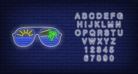 Sunglasses with sea, sun and palm tree reflection neon sign. Tourism, vacation, travel, summer design. Night bright neon sign, colorful billboard, light banner. Vector illustration in neon style. Vecteurs