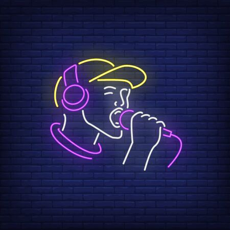 Man with headphones and microphone neon sign. Singer, showman, party, concert. Vector illustration in neon style for night club, party and concert Banque d'images - 125577885