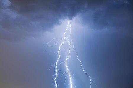 Wolken und Donner Blitze und Sturm Standard-Bild