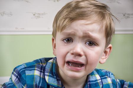 就寝前に劇的に泣いている小さな男の子