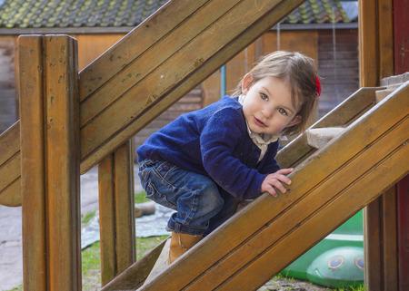 jardin de ni�os: Beb� lindo que juega en el parque infantil Foto de archivo