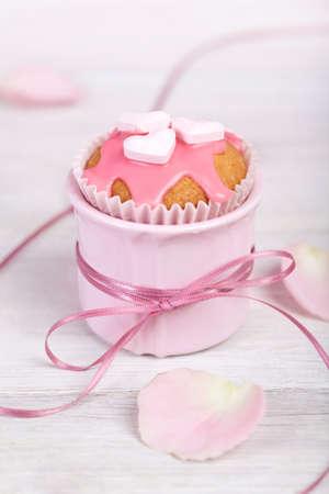Cupcakes rosa en rosa taza con cinta de raso y adornos en forma de coraz�n Foto de archivo - 4272480