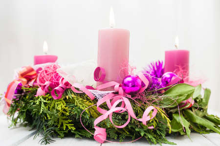 Corona rosada advenimiento Decoraci�n de Navidad con abeto y velas de color rosa photo