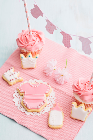 Butter cream cupcakes and cookies for a baby shower Stockfoto