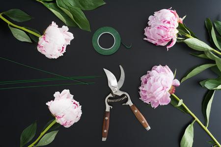 Outils et accessoires fleuristes ont besoin pour faire un bouquet de pivoines sur