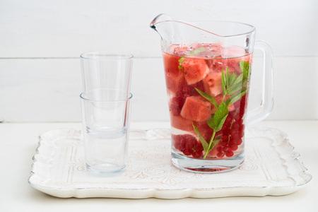 Podawać wodę z arbuzami, czerwonych porzeczek i mięty w dzbanku