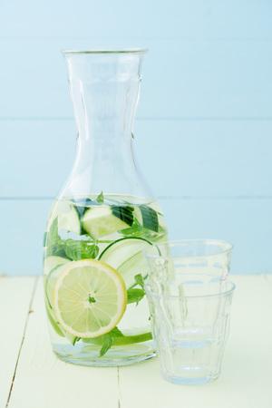 Podawać wodę z ogórka, cytryny i mięty w dzbanku