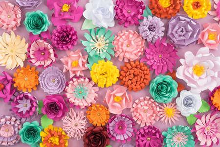 Coloridas flores de papel hechas a mano en el fondo de color rosa Foto de archivo - 66840276
