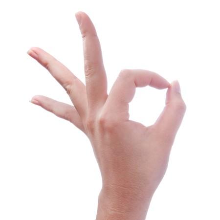 hand van vrouw gebaar ok of o.k. maken op witte achtergrond