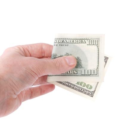 Die Hand eines Mannes hält ein hundert Dollar-Schein.