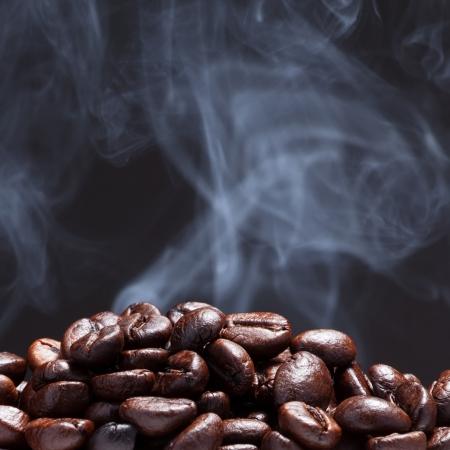 Kaffeebohnen mit Rauch Standard-Bild