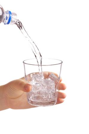 Hand hält ein Glas Wasser Standard-Bild