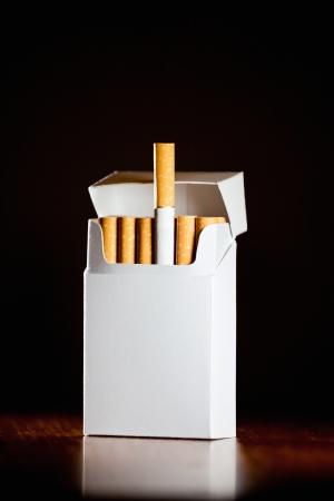Pakje sigaretten geïsoleerd op zwarte achtergrond, kleine scherptediepte