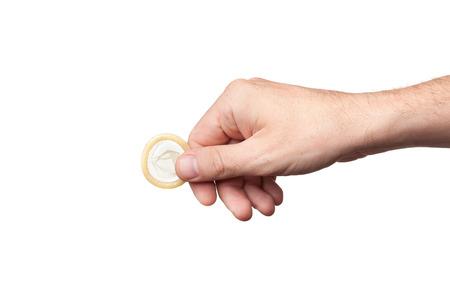 Kondom in der Hand, isoliert auf weißem Hintergrund