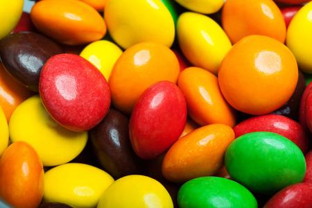 Nahaufnahme von einem Haufen von bunten Süßigkeiten Hintergrund Schokolade überzogen Standard-Bild
