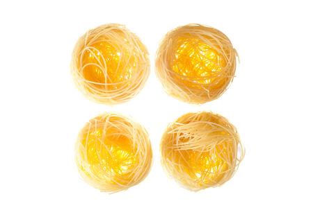 Nid italien de pâtes aux oeufs isolé sur fond blanc Banque d'images